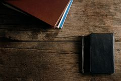 Bokpenna och läderpåse Royaltyfri Foto