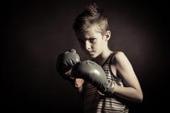 Bokser chłopiec Marszczy brwi przy kamerą z rękawiczkami Fotografia Stock