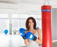 Bokser - geschiktheidsvrouw die dragend bokshandschoenen in dozen doen Royalty-vrije Stock Afbeelding