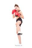 Bokser - geschiktheidsvrouw die dragend in dozen doende rode handschoenen in dozen doen Stock Foto's