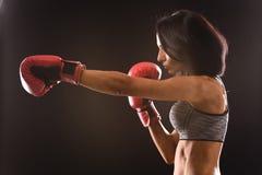 Bokser kobieta z czerwonymi bokserskimi rękawiczkami dalej zdjęcia stock