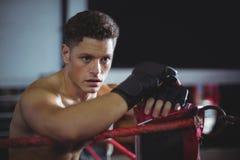Bokser opiera na bokserskim pierścionku obraz royalty free