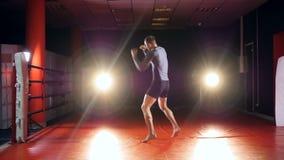 Bokser opleiding in vechtersclub Langzame Motie stock video