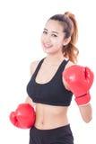 Bokser - Portret van geschiktheidsvrouw in dozen doen die in dozen doende rode handschoenen dragen Stock Afbeeldingen