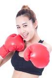 Bokser - Portret van geschiktheidsvrouw in dozen doen die in dozen doende rode handschoenen dragen Stock Foto