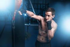 Bokser trenuje z torbą w gym w bandażach fotografia stock