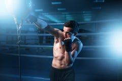 Bokser trenuje z torbą w gym w bandażach obraz royalty free