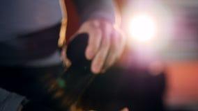 Bokser verpakkende verbanden op zijn hand vóór strijd Langzame Motie Close-up stock footage