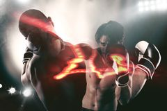 Bokser w boxe rywalizaci bije jego przeciwnika Obrazy Royalty Free