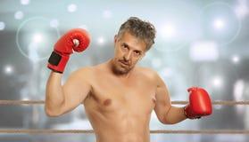 Bokser w czerwonych bokserskich rękawiczkach Fotografia Royalty Free