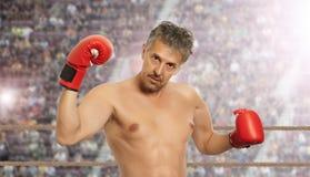 Bokser w czerwonych bokserskich rękawiczkach Zdjęcie Royalty Free