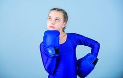 Bokserkind in bokshandschoenen De vrouwelijke houdingen van de bokserverandering binnen sport Stijging vrouwenboksers Meisjes leu stock fotografie