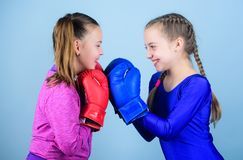Bokserkinderen in bokshandschoenen Meisjes leuke boksers op blauwe achtergrond Vriendschap als slag en concurrentie Pas het in do royalty-vrije stock afbeelding