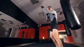 Bokserponsen MMA-vechtersschaduw het in dozen doen Langzame Motie stock videobeelden