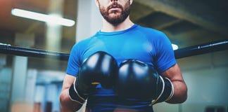bokserscy rękawiczek mężczyzna potomstwa Młody boksera wojownik nad zamazanym tłem Bokserski mężczyzna przygotowywający walczyć B Zdjęcia Stock