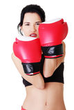 Bokserska sprawności fizycznej kobieta jest ubranym czerwone rękawiczki. Zdjęcie Stock