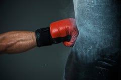 Bokserski szkolenie i Uderzać pięścią torba obrazy stock