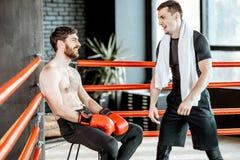 Bokserski trener z bokserem na bokserskim pierścionku obraz stock
