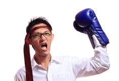 Bokserskich rękawiczek mężczyzna - pojęcie pokazuje agresywnego żeńskiego napina mu Zdjęcia Stock