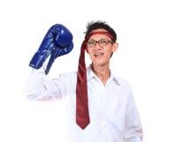 Bokserskich rękawiczek mężczyzna - pojęcie pokazuje agresywnego żeńskiego napina mu Obraz Royalty Free