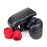 Bokserskie rękawiczki czerń i czerwony elastyczny bandaż odizolowywający na białym tle Fotografia Royalty Free