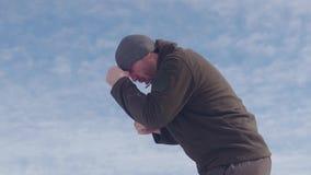 Boksertreinen boven op een berg in de winter Blauwe hemel op achtergrond Strijd met een schaduw, stock videobeelden