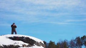 Boksertreinen boven op een berg in het bos in de winter stock video