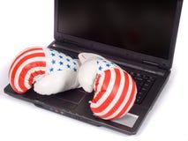 Bokshandschoenen en laptop Stock Foto