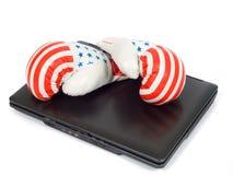 Bokshandschoenen en laptop Stock Afbeelding