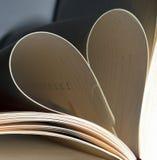 Boksidor vikta in i hjärta formar Bokkort för valentin dag Arkivbild