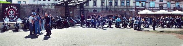 Bokslut av 6th motoseason av anslutningen av den lösa cyklisten MCC i Ukraina Ivano-Frankivsk, panorama Royaltyfri Bild