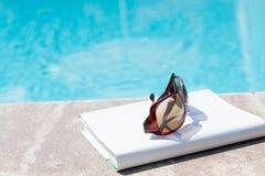 Boksolglasögon nära vid simbassängen i sommar Tid Canakkale Turkiet 2017 Royaltyfri Fotografi