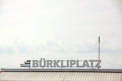 Bokstäver av Burkliplatz med skepplogo på sjön Zurich Arkivfoton