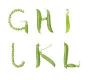Bokstäver av det engelska alfabetet med gröna ärtor, abc Arkivfoto