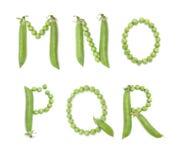 Bokstäver av det engelska alfabetet med gröna ärtor, abc Arkivfoton