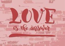 Bokstäver av förälskelse är svaret i rosa färger med skuggor på tegelstenväggen royaltyfri illustrationer