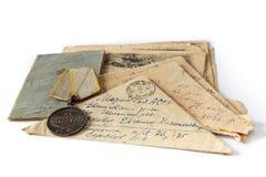 Bokstäver av framdelen av det stora patriotiska kriget Soldats bok, beställning och bokstav-trianglar på en vit isolerad bakgrund royaltyfri fotografi
