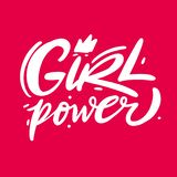 Bokstäver för vektor för flickamakthand utdragen Feminismslogan Isolerat på rosa bakgrund vektor illustrationer