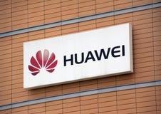 Bokstäver Huawei på väggen Arkivfoto