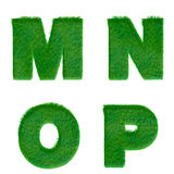 Bokstäver M, N, nolla, P som göras av isolerat grönt gräs på vit Arkivbild