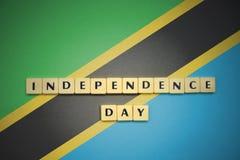 Bokstäver med textsjälvständighetsdagen på nationsflaggan av Tanzania Royaltyfria Foton