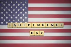 Bokstäver med textsjälvständighetsdagen på nationsflaggan av USA royaltyfri fotografi