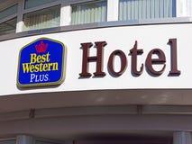 Bokstäver och logo på ingången av Best Western plus hotellet Willingen Arkivbild