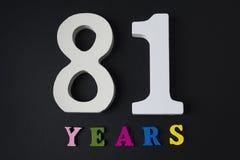 Bokstäver och nummer åttioett gamla år på en svart bakgrund Arkivfoton