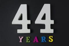 Bokstäver och nummer fyrtiofyra år på en svart bakgrund Arkivbilder