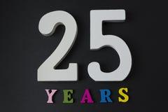 Bokstäver och nummer klappar tjugo år på en svart bakgrund Royaltyfri Fotografi
