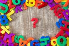 Bokstäver och nummer med frågefläcken i en mitt Fotografering för Bildbyråer