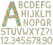 Bokstäver, tal och symboler för engelskt alfabet som göras av liten ca Arkivbilder