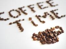 Bokstäverkaffetid som är ordnad från kaffebönor Arkivbild