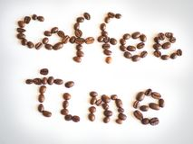 Bokstäverkaffetid som är ordnad från kaffebönor Arkivfoton